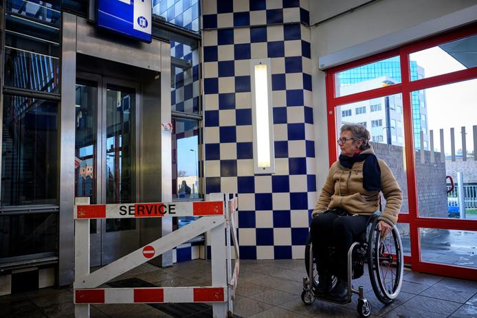Willemijn Raaijmakers voor de kapotte lift in Schiedam.