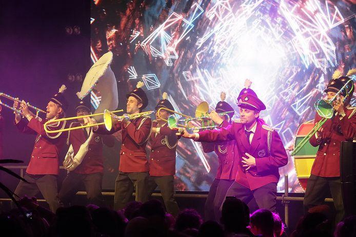 Waorum Nie? met het liedje 'Blaos de Boxen op'. Deze groep kreeg een onderscheiding van de prins omdat zij voor de elfde keer op het podium stonden.