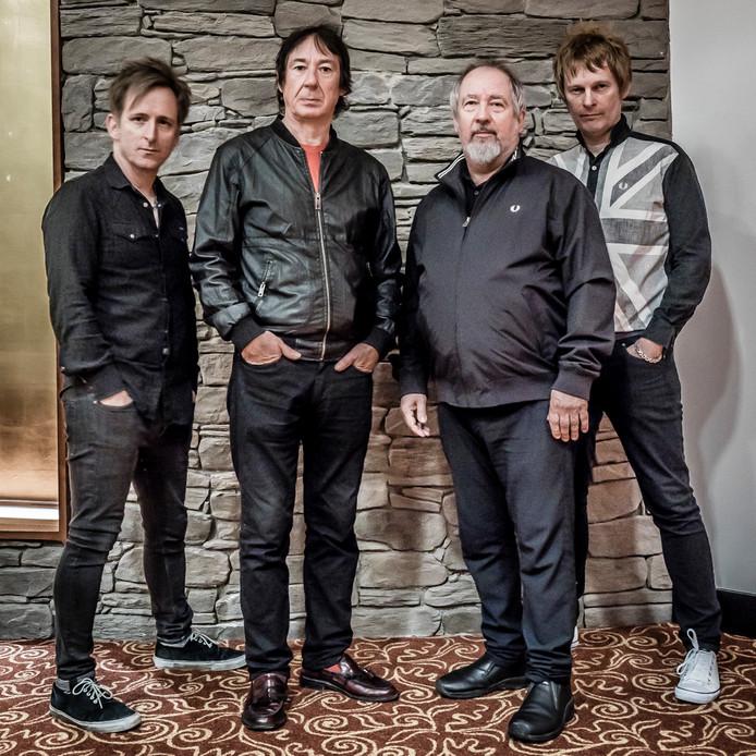 Buzzcocks met, tweede van rechts, zanger Pete Shelley.