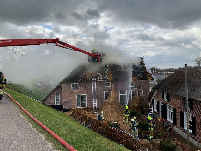 Brand in een rieten kap van een woning in Nederhemert.