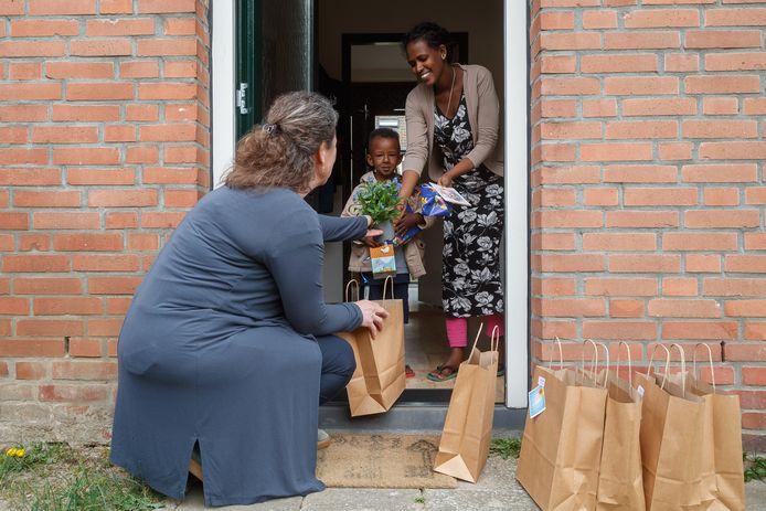 Leerkrachten van basisschool De Molenvliet bezorgden paaspakketjes naar de leerlingen thuis.  Hier juf Jolanda die een pakketje bracht aan Merhawi.
