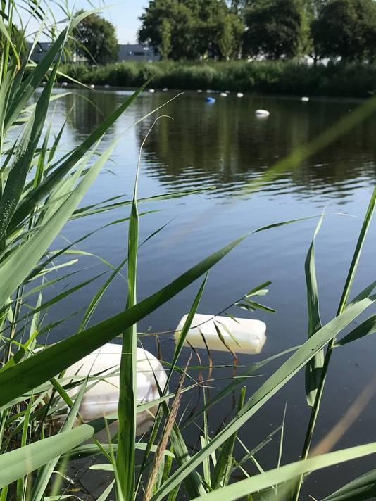 Vaten met drugsafval drijven over een afstand van zo'n 200 meter in De Vliet in Roosendaal.