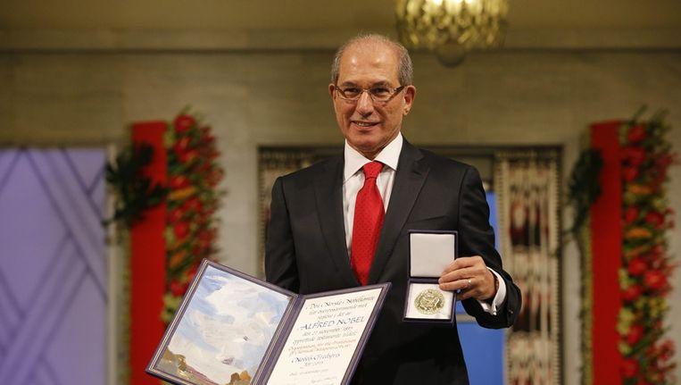 Directeur van de OPCW, Ahmet Uzumcu, toont de Nobelprijs tijdens een bijeenkomst in Oslo. Beeld epa
