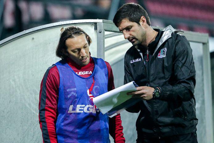 Stefan Maletic legt als assistent het speelplan van NEC uit aan Edgar Barreto.