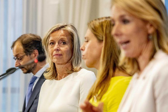 Bewindspersonen Eric Wiebes, Kasja Ollongren, Carola Schouten en Stientje van Veldhoven tijdens de presentatie van het Klimaatakkoord, een groot pakket maatregelen om de komende decennia de uitstoot van broeikasgassen terug te dringen.