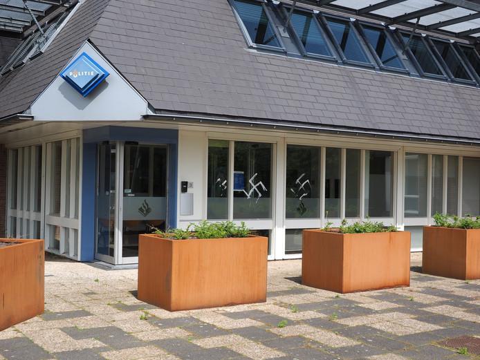 Het politiebureau in Zutphen is beklad met twee hakenkruizen en het teken van SS.