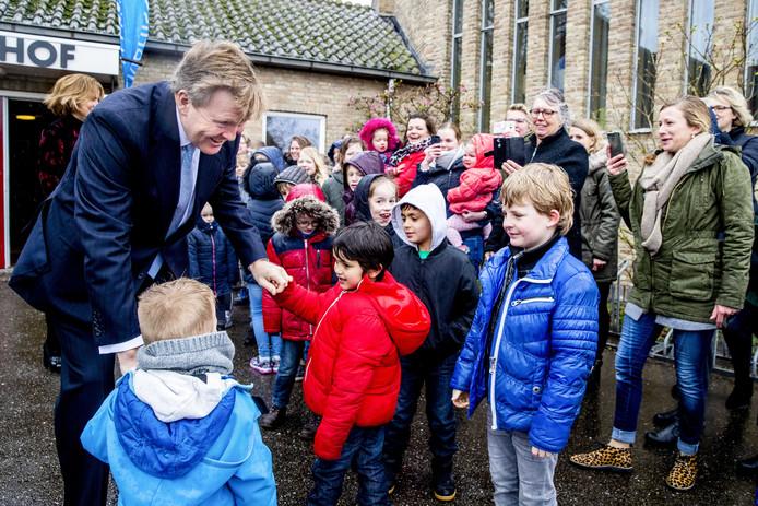 Koning Willem-Alexander komt aan in Kamperveen. Hij wordt bij dorpshuis De Veenhof enthousiast ontvangen door leerlingen van basisschool De Zaaier. Het is de eerste stop van de koning op de dag dat hij bypass Het Reevediep in gebruik neemt. Veertien jaar gelden was hij hier als kroonprins, toen de sfeer bedrukter was.