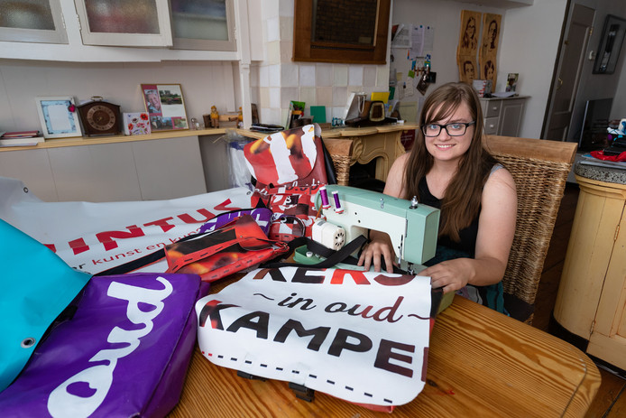 Nadia Meure maakte tassen van Kerst in Oud Kampen-spandoeken allerlei handtassen.