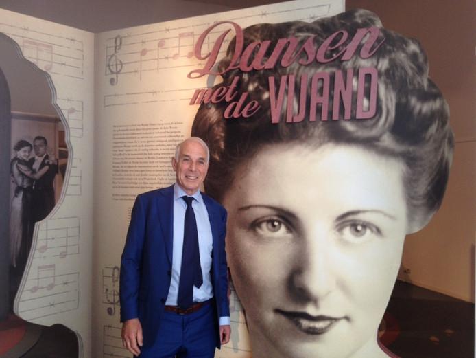 Paul Glaser voor een foto van zijn tante Roosje bij de expositie in Nationaal Monument Kamp Vught.