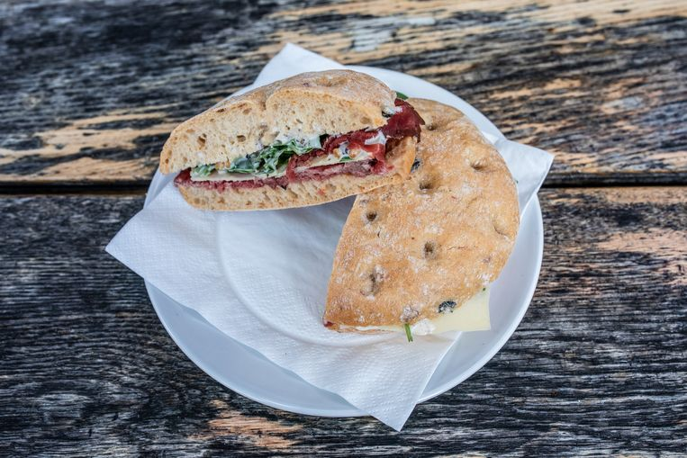 Het broodje carpaccio van Renzo's Delicatessen. Beeld Nosh Neneh