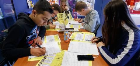 Leerlingen schrijven voor Write for Rights van Amnesty International in Zevenbergse bibliotheek