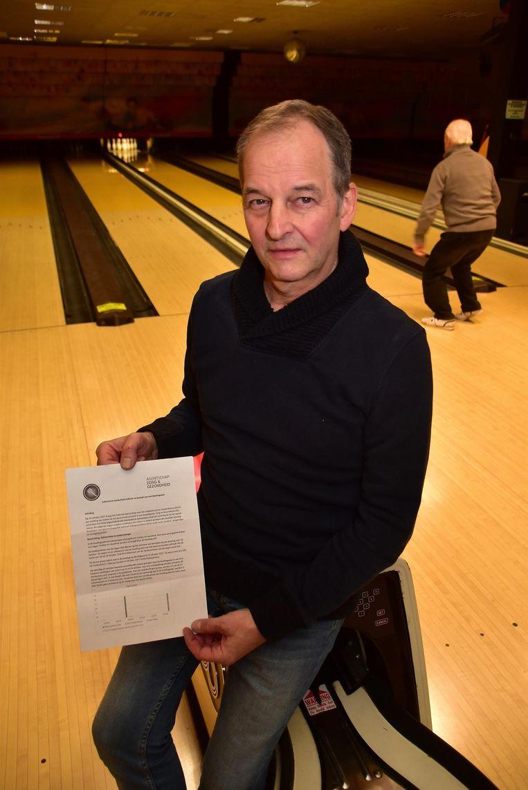 Dominique Leroy, de uitbater van Bowling Stones, toont de brief van het voedselagentschap, waaruit blijkt dat hem geen schuld treft.