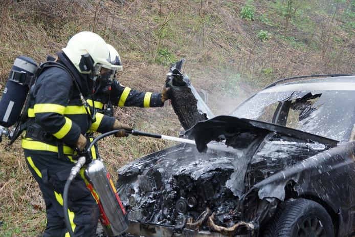 Auto vliegt tijdens het rijden in brand in Loon op Zand