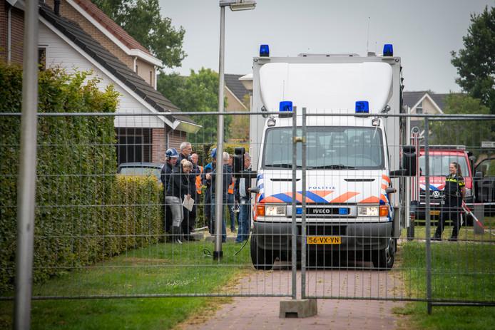 De politie doet onderzoek in de woning aan de Zwartewaterland in Nieuwleusen.