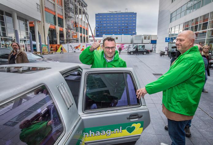 De twee ex-wethouders Richard de Mos en Rachid Guernaoui dienen hun ontslag in per limousine.