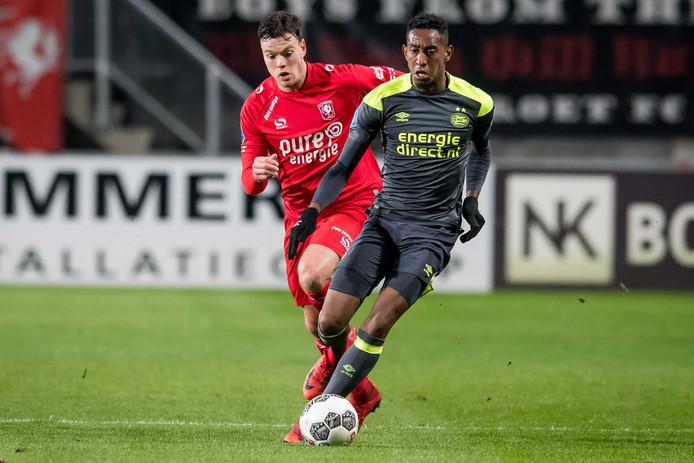 Joshua Brenet in duel met Tom Boere van FC Twente.