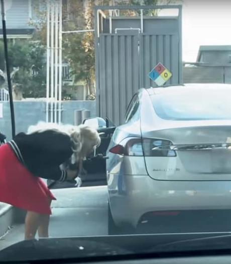 Foutje: vrouw probeert elektrische auto af te tanken