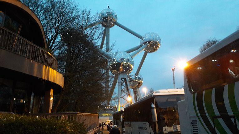 Parkeren onder het Atomium.