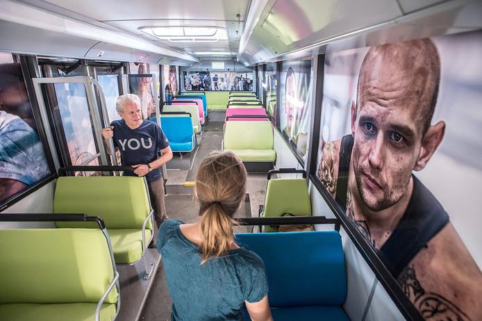 donderdag opent internationaal fotofestival bredaphoto. inge hondebrink exposeert in 'greyhound-bus' de serie ' next stop palookaville' . links curator geert van eyck