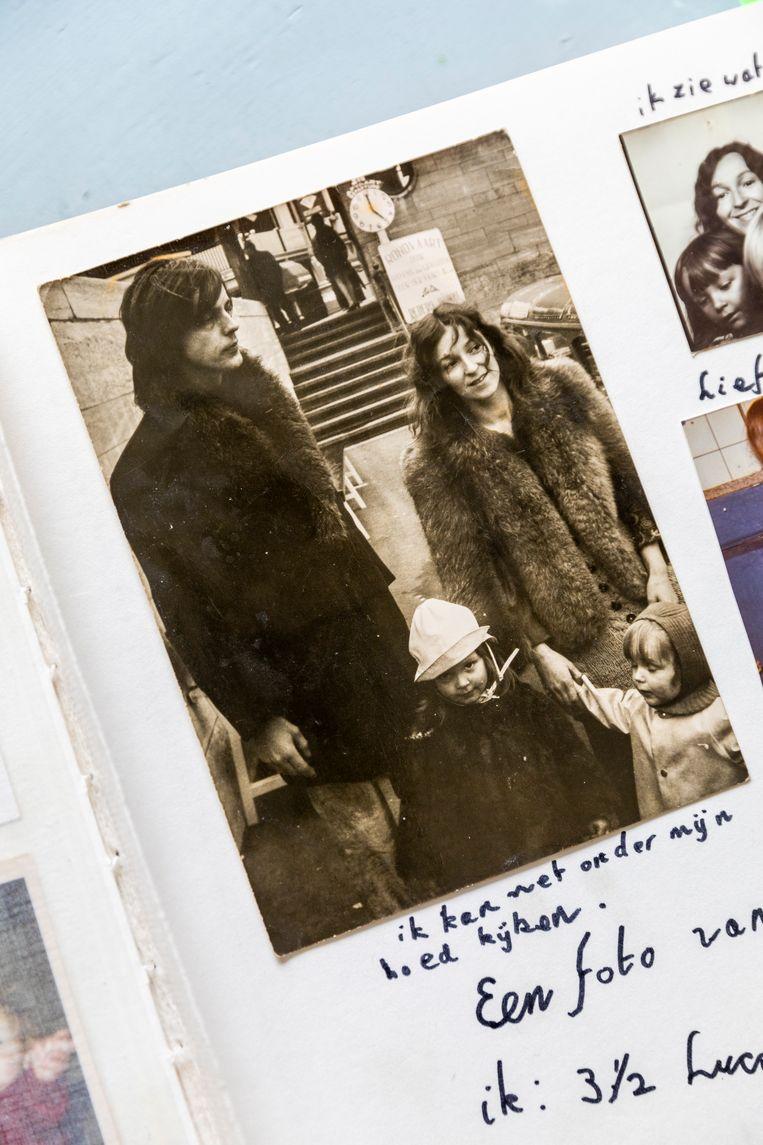 Het gezin Wessels bij een rondvaartboot in Amsterdam, jaren zeventig.    Beeld Marie Wanders