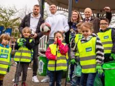 Opschoondag: Afvalruimers beloond met voetballessen van Feyenoordspelers