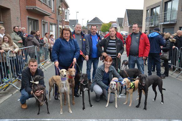 Dirk Van Wijmeersch met zijn acht windhonden tijdens de ludieke hondenkoers in Appelterre.