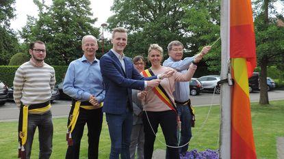 Mister Gay Belgium hijst de regenboogvlag