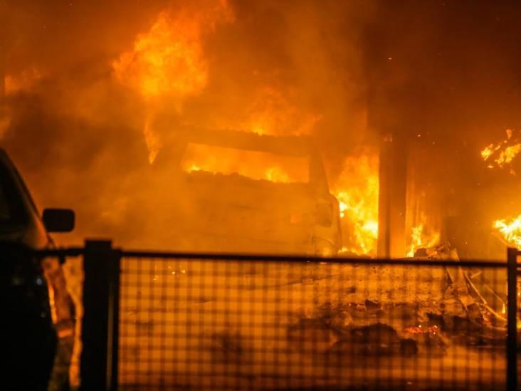 Grote brand bij autobedrijf in Helmond, NL-alert verstuurd: 'Sluit deuren en ramen'