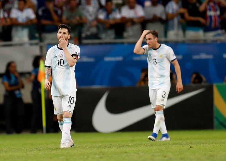 Lionel Messi en Nicolás Tagliafico druipen af in Salvador. Beeld AP
