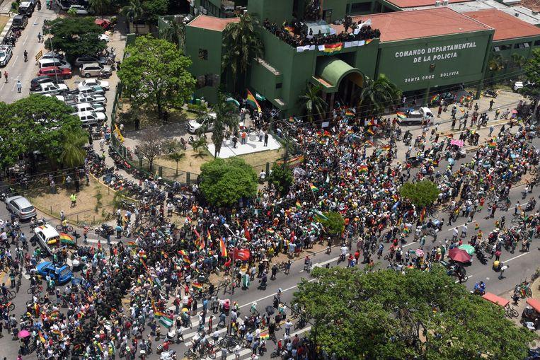 Demonstranten en politieagenten betoogden gisteren samen tegen president Morales, hier in Santa Cruz de la Sierra.