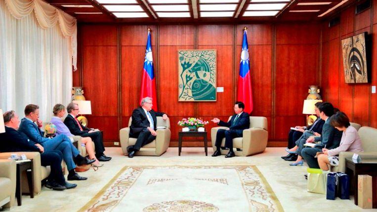 Het bezoek van Henk Krol van 50Plus aan de hoogwaardigheidsbekleders van Taiwan.  Beeld Still uit een video van Nieuwsuur