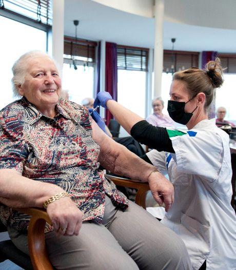 Deze 93-jarige is een van de eerste gevaccineerde ouderen in Overijssel: 'Het is veiliger, ook voor mijn kinderen'