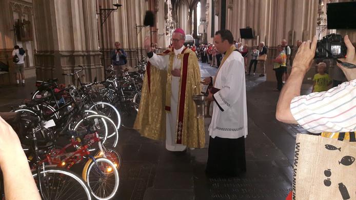 Bisschop de Korte (links) geeft de fietsen de zege