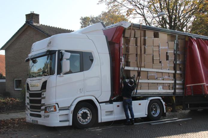 De vrachtwagen die donderdagmiddag tegen de spoorbrug in Holten aanreed.