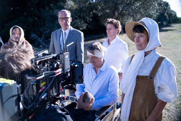 Geraldine Chaplin (r.) naast Peter Van den Begin op de set van 'The Barefoot Emperor'.
