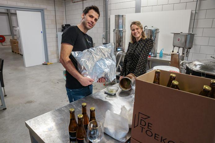 Loes en Martijn de Jong hebben na anderhalf jaar wachten toestemming gekregen om bier te brouwen voor hun bedrijf Brouwerij De Toekomst. Ze zijn hartstikke blij.