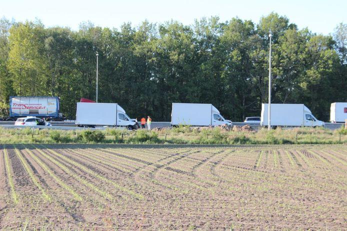 De drie bedrijfsbusjes die vanmorgen op elkaar botsten bij Holten.