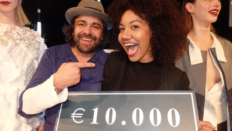 Ontwerper Anbasja Blanken, winnaar van de Global Denim Awards 2016. Naast haar Paolo Gnutti van weverij ITV Denim, ook een winnaar Beeld Schuim