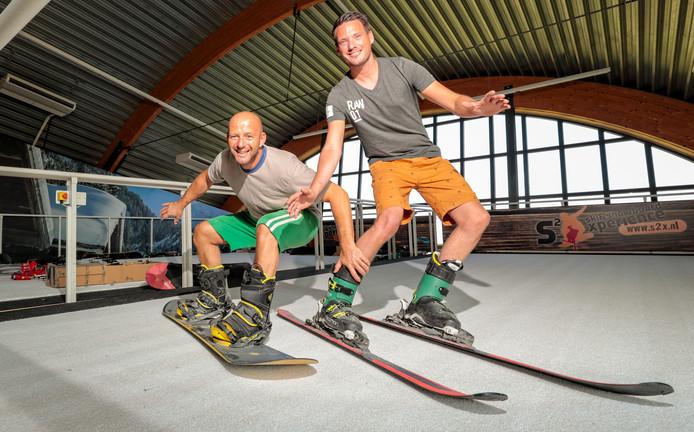 De opening van de nieuwe Xperience Centre Alphen in het oude Wiebel Biebelpand is komend weekend. De eigenaren Joop van Lienden (l) en Edwin Deisting testen hun indoorskibaan.