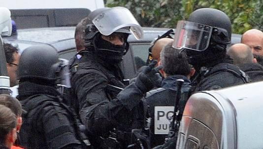 Leden van een speciale politie-eenheid bij het appartement in Toulouse waar Merah zich schuilhoudt.