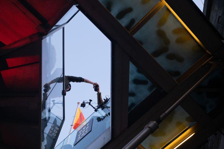 DJ Nico Morano speelt 4 uur lang plaatsjes voor 90 gelukkigen bovenop de Sint-Romboutstoren.