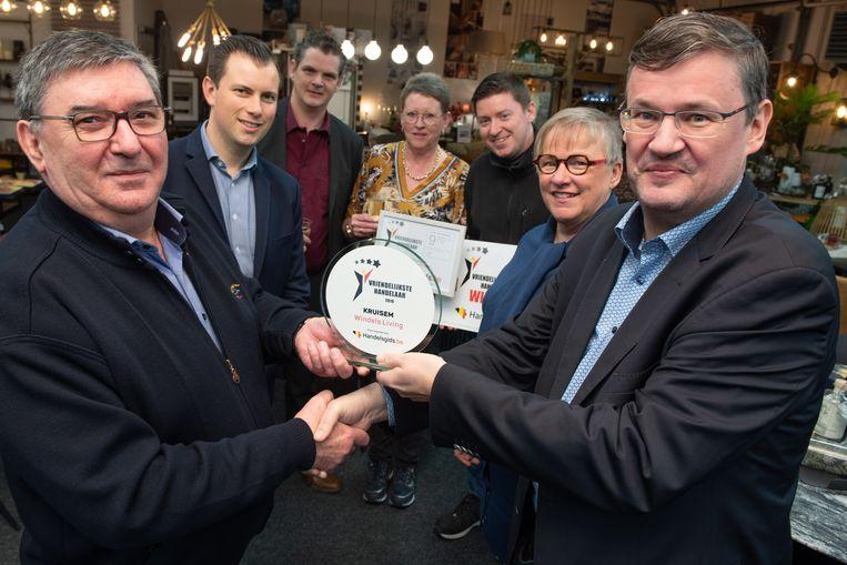 Norbert Vanaelst (links) kreeg van burgemeester Joop Verzele de award overhandigd.