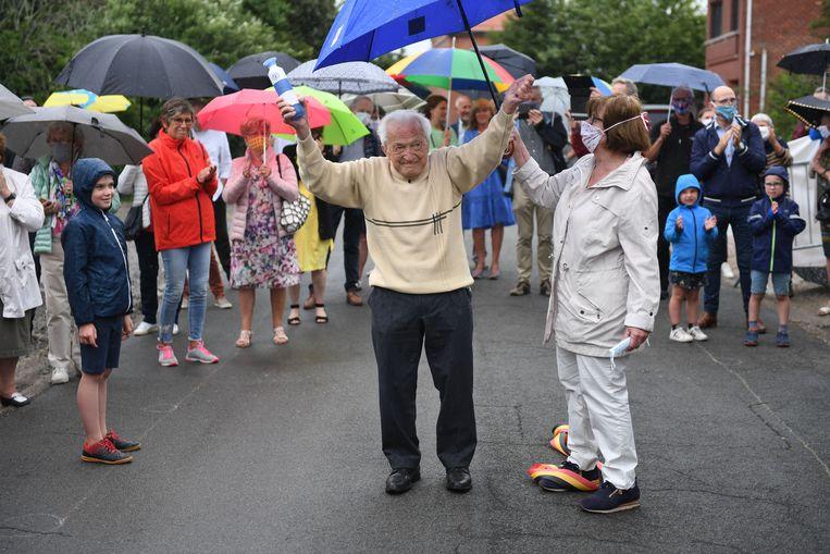 Dokter Leempoels bereikt de finish van zijn marathon onder luid applaus van familie en vrienden.