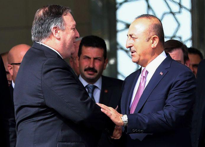 Mike Pompeo (links) schudt de hand van de Turkse minister Mevlüt Çavuşoğlu (Buitenlandse Zaken).