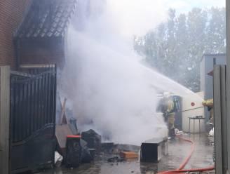 Inboedel op oprit vat vuur: brandweer kan nipt voorkomen dat vlammen overslaan op woning
