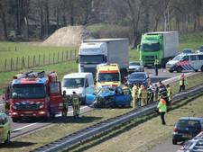 Automobilist botst achterop vrachtwagen en schiet over de vangrail op A1