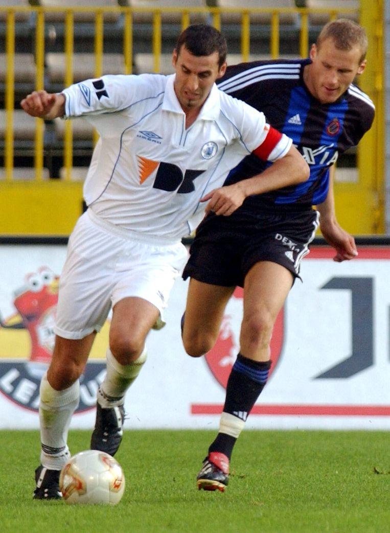 Jacky Peeters achterna gezeten door Rune Lange van Club Brugge (2002).