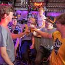 Gangmakers van café Triple Blond in Vlissingen (van links naar rechts): Daan van Avezaath, Marcel Schot, Nadia Louws, Nick van 't Oor, Roy Witte. Op de achtergrond barman Martijn de Lange.