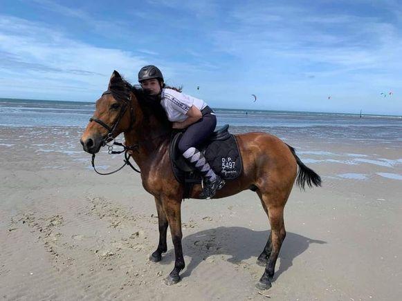 Noémie (14) op haar pony Black, die inmiddels bijna een maand is vermist.