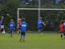 's Nachts voetballen tijdens Luilakvoetbaltoernooi in Boskoop